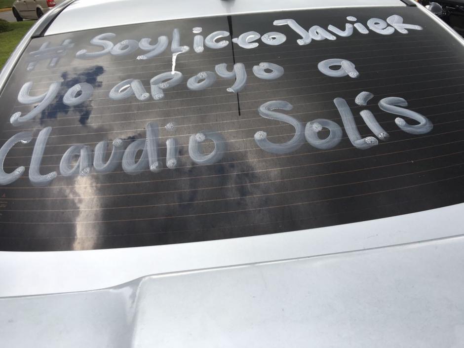 Padres de familia y alumnos iniciaron campaña para apoyar a Solís. (Foto: @SandraMorataya)