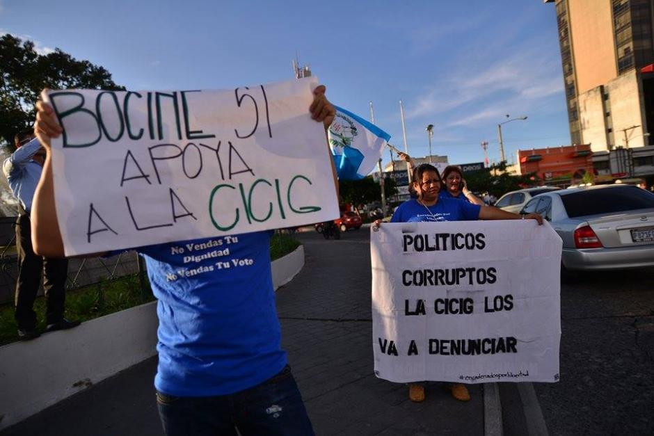 El grupo denominado Encadenados por la Libertad llegaron a la CSJ para mostrar su apoyo a la CICIG frente a los varios seguidores del partido Lider. (Foto: Wilder López/Soy502)