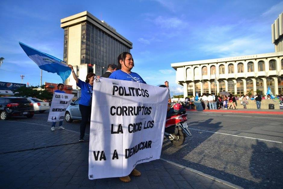 En el Centro Cívico se prevé la vigilia del partido Lider en la cual el grupo de encadenados por la libertad llegó a decir sí a la CICIG. (Foto: Wilder López/Soy502)