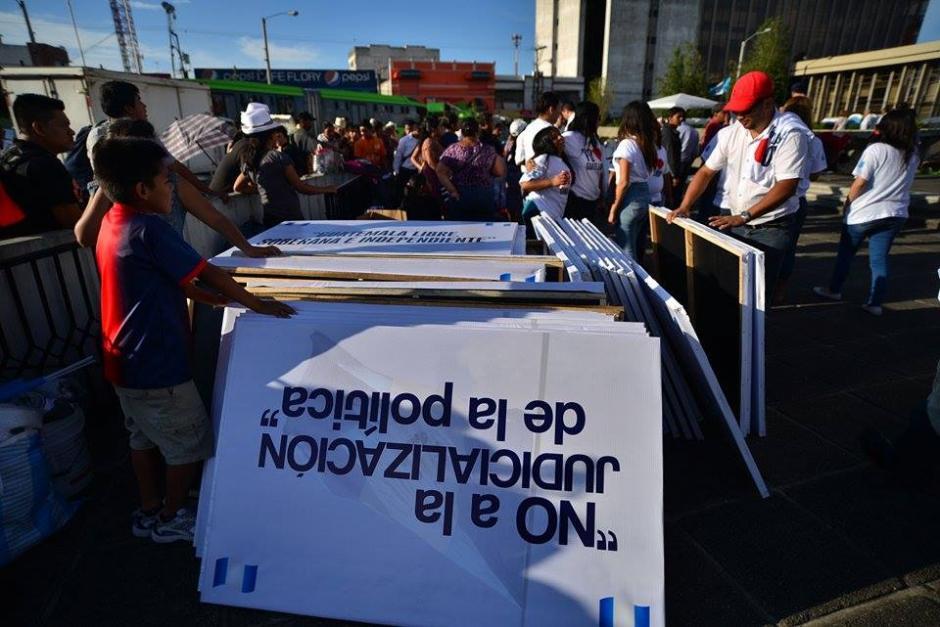 Las pancartas no tienen color rojo como se caracteriza el partido Lider. (Foto: Wilder López/Soy502)