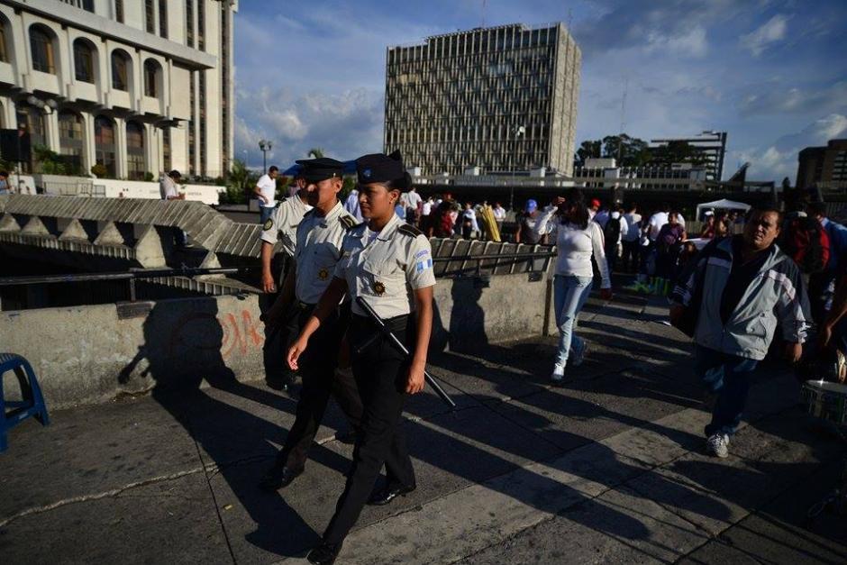 La Policía Nacional Civil (PNC) se mantiene desde temprano este día en las afueras de la Corte Suprema de Justicia. (Foto: Wilder López/Soy502)
