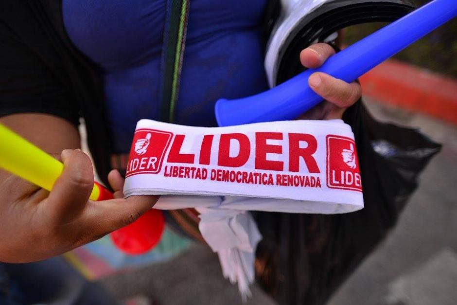 Las personas portaban cintas con la insigna del partido político Lider. (Foto: Wilder López/Soy502)