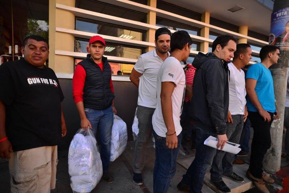 Integrantes de la agrupación Lider portaban cientos de playeras para la vigilia. (Foto: Wilder López/Soy502)