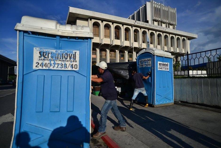 Baños portátiles fueron llevados a la Corte Suprema de Justicia. (Foto: Wilder López/Soy502)