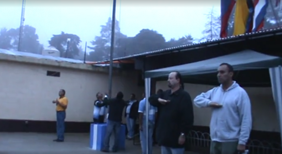 Lima Oliva entona el Himno Nacional en la Granja Penal Pavón. (Imagen: Captura de pantalla)