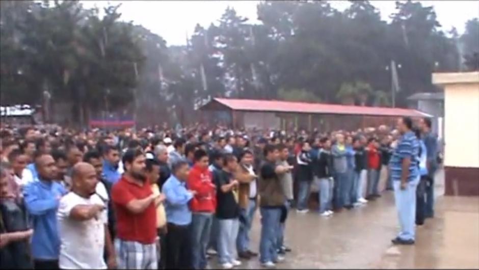 Los reos entonan el Himno Nacional bajo la lluvia en Pavón. (Imagen: Captura de pantalla)