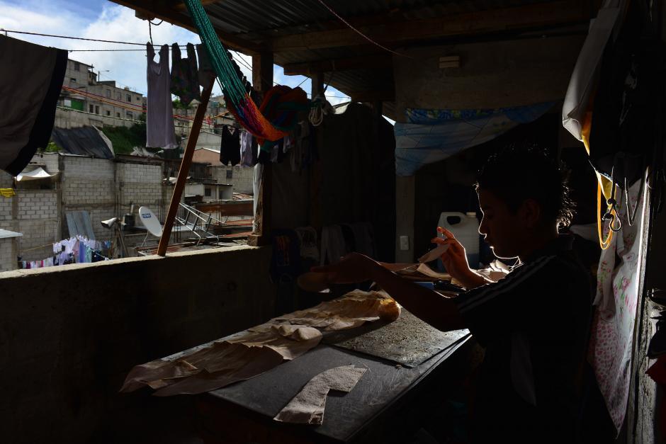"""""""Limonada"""" es una marca de calzado hecho en Guatemala por artesanos jóvenes que han reformado su vida. (Foto: Jesús Alfonso/Soy502)"""