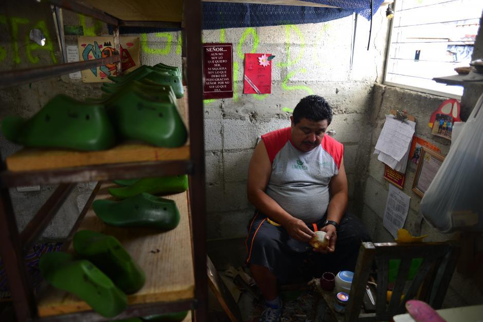 Don Otto, junto a su hijo y otros jóvenes, trabajan duro para llevar zapatos con sello guatemalteco a cada rincón. (Foto: Jesús Alfonso/Soy502)
