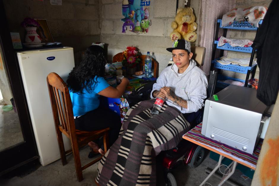 Cristian, el hijo más grande de Don Otto recibió un balazo, perdiendo movilidad en parte de su cuerpo, ahora ayuda en la elaboración de calzado. (Foto: Jesús Alfonso/Soy502)