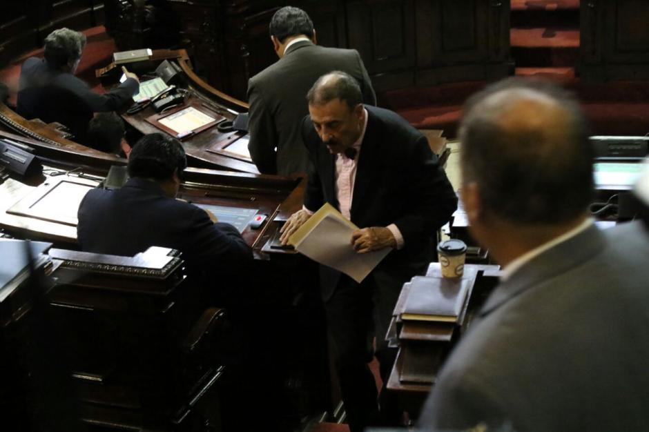 Linares Beltranena repartió su propuesta en el hemiciclo este martes. (Foto: Alejandro Balán/Soy502)