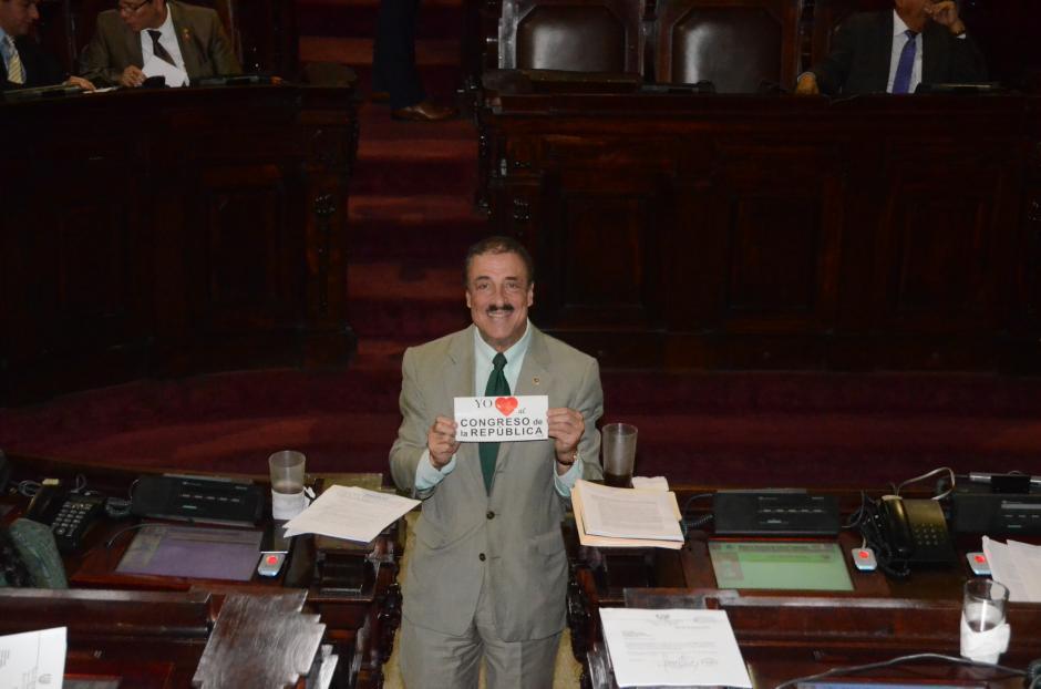 El diputado Fernando Linares Beltranena busca mejorar la imagen del Congreso con las calcomanías. (Foto: Archivo/Soy502)