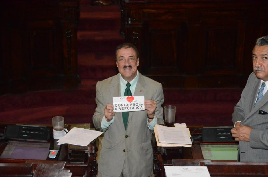 El legislador del PAN promueve el amor por el Congreso con calcomanías. (Foto: Archivo/Soy502)
