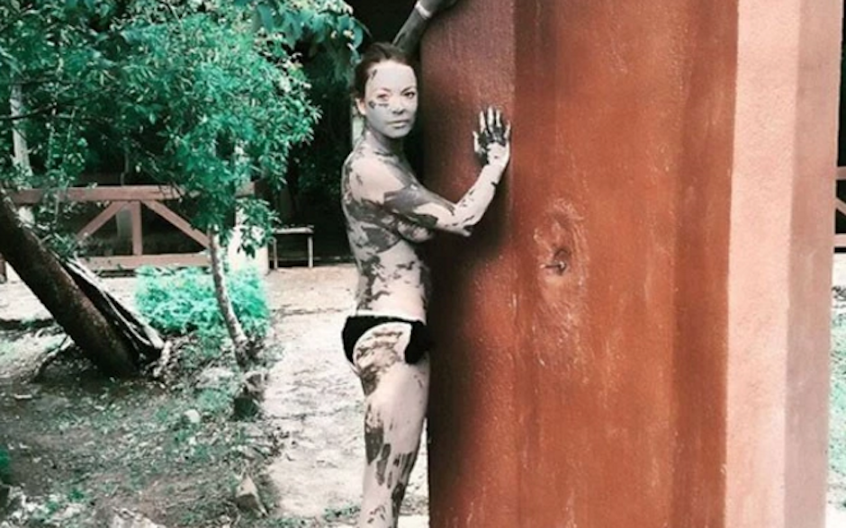 """La controversial actriz estadounidense Lindsay Lohan se encuentra en tierras centroamericanas gozando de un relajante baño de lodo y en """"topless"""" por la selva. (Foto: Lindsay Lohan)"""