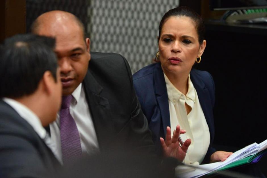 Roxana Baldetti pide calma a sus abogados cada vez que se escuchan los audios del caso. (Foto: jesús Alfonso/Soy502)