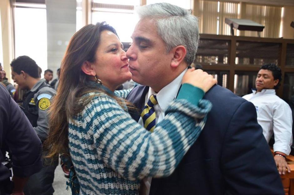 Así recibe la esposa de Trujillo la resolución del juez Miguel Ángel Gálvez. (Foto: Jesús Alfonso/Soy502)