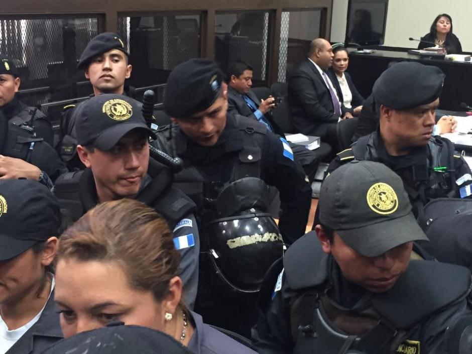Dos dispositivos de seguridad resguardan a la exvicemandataria Roxana Baldetti en la sala de audiencias. (Foto: Jesús Alfonso/Soy502)
