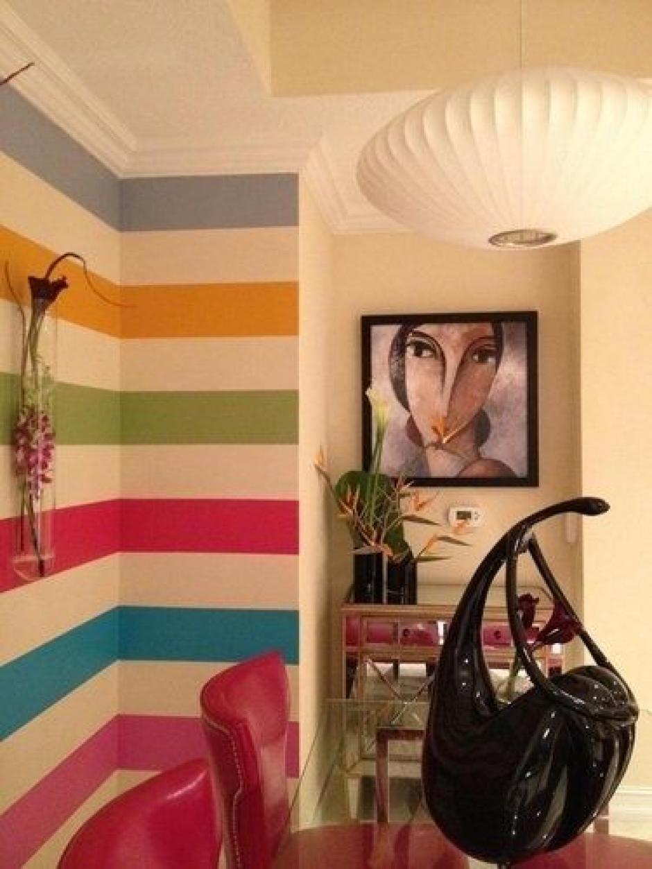 Líneas horizontales. Esta idea es ideal para la sala o el comedor. Selecciona uno de los muros más largos del lugar y define la gama cromática para pintar la pared para crear la ilusión de un espacio más largo.