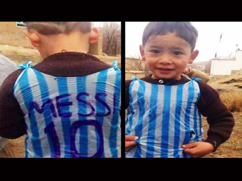 El pequeño afgano recibió una camisola de Messi original tras volverse popular en redes sociales.
