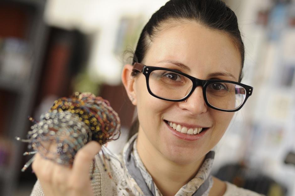 Liz Girón, diseñadora senior de la marca muestra con orgullo el resultado de un sueño. (Foto: Esteban Biba/Soy502)