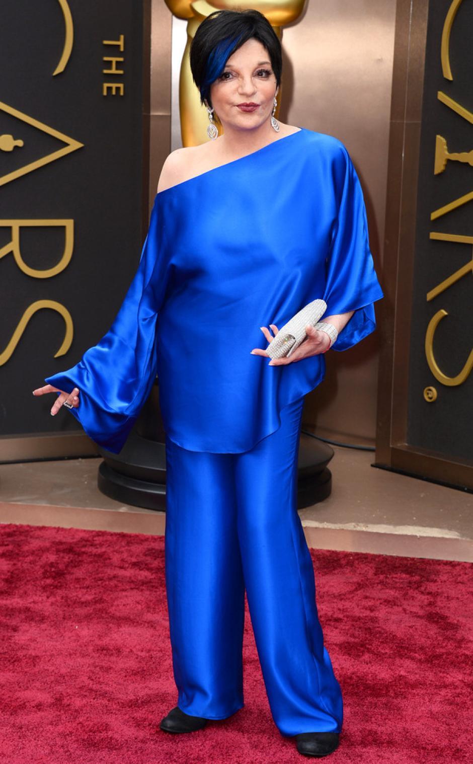 Liza Minelli llega con un atuendo azul de pantalón combinado con su pelo negro y tonos azules. Una mujer invierno que sabe cuál es la paleta que le favorece. (Foto: E!)