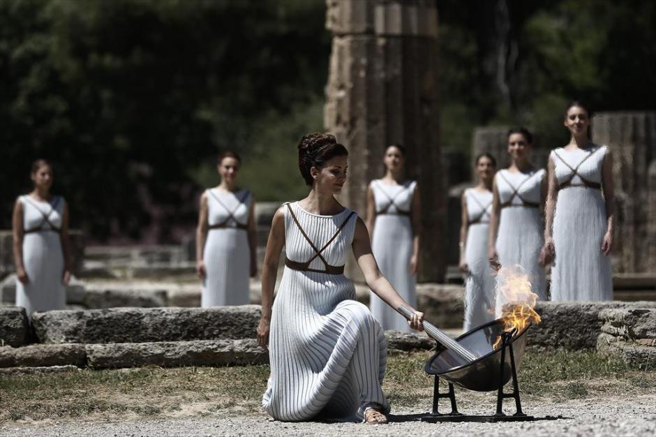 La llama será entregada a deportistas refugiados. (Foto: AFP)