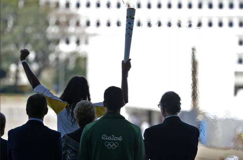 Fabiana Claudino, jugadora de voleibol, sostiene la antorcha con la llama olímpica. (Foto: AFP)