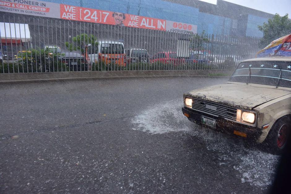 En varios puntos del país la lluvia causó estragos en las calles. (Foto: Jesús Alfonso/Soy502)