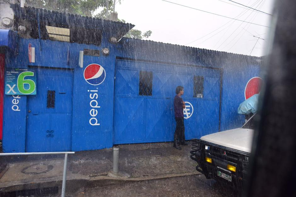 La lluvia sorprendió a los capitalinos durante la hora de almuerzo. (Foto: Jesús Alfonso/Soy502)