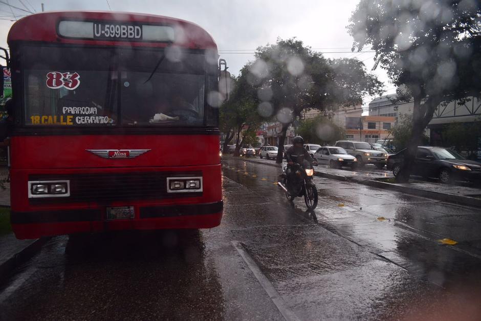 En la zona 9 la fuerte lluvia afecta la movilidad. (Foto: Jesús Alfonso/Soy502)