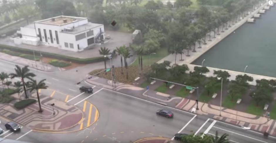 Una tormenta arrasa con los muebles que se encuentran en los balcones y terrazas del lugar. (Captura de pantalla: Eric C/YouTube)