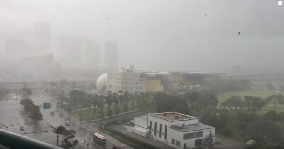 La lluvia de muebles sorprendió a los habitantes del lugar. (Captura de pantalla: Eric C/YouTube)