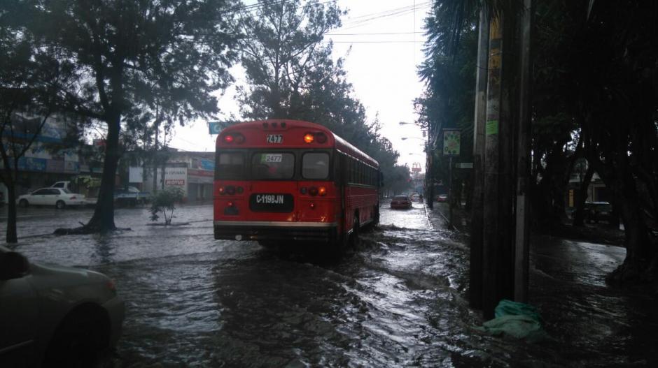 Usuarios reportaron inundaciones en la calzada San Juan. (Foto: @MonitoringGuate)