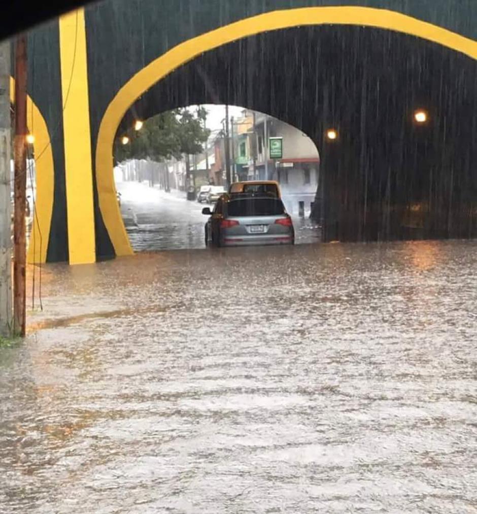 El puente Cejusa en la zona 11 se inundó por las fuertes lluvias. (Foto: @ConredGuatemala)