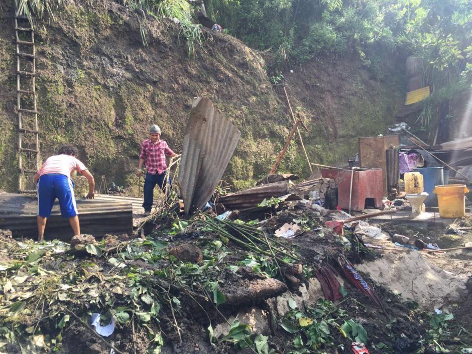 Tres viviendas fueron destruidas por un deslizamiento de tierra en la zona 7. (Foto: @EmisorasUnidas)