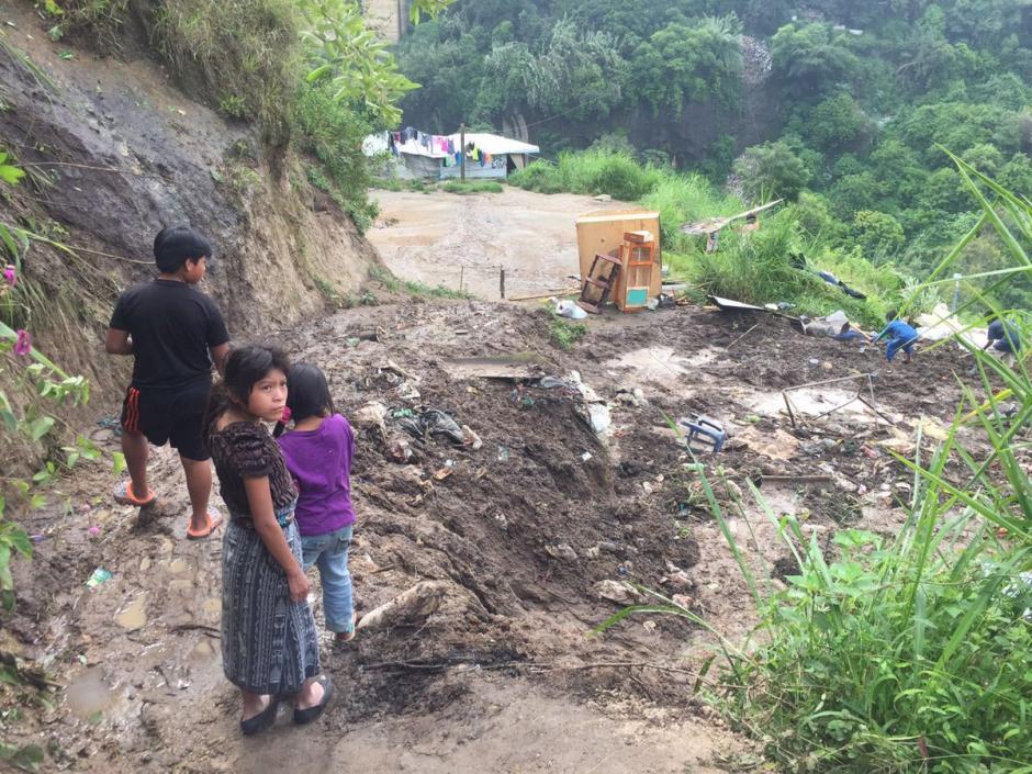 Al menos 14 personas resultaron afectadas por la destrucción de las viviendas. (Foto: @EmisorasUnidas)