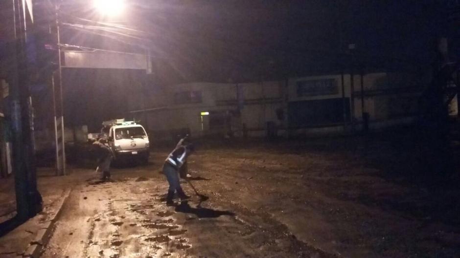 Empleados de la Municipalidad de Mixco trabajaron durante la noche. (Foto: @EmixtraPablo)