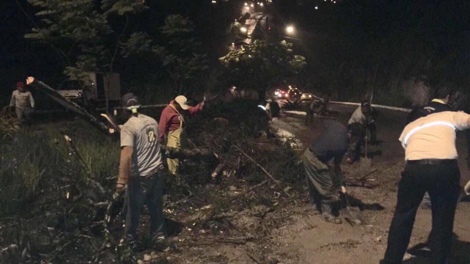 En Mixco se registraron varios derrumbes provocados por las lluvias.  (Foto: @EmixtraPablo)