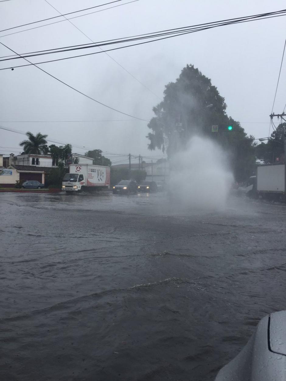 El colapso en tragantes provocó inundaciones en la zona 11 capitalina. (Foto: @VinixMendez)