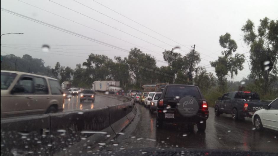 En la cuesta Villa Lobos se reportó una colisión que acumuló el tránsito vehicular. (Foto: Twitter/@JJalvizures)