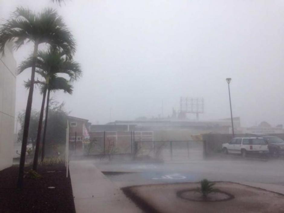 En Puerto Vallarta se reportan las primeras lluvias luego de que el huracán Patricia tocara tierra. (Foto: Noticieros Televisa)