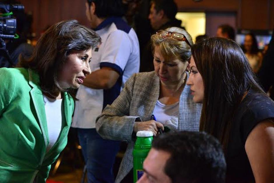 Sandra Torres conversa con su equipo de asesoras durante las pausas comerciales del debate de la Asociación de Gerentes de Guatemala. (Foto: Wilder López/Soy502)
