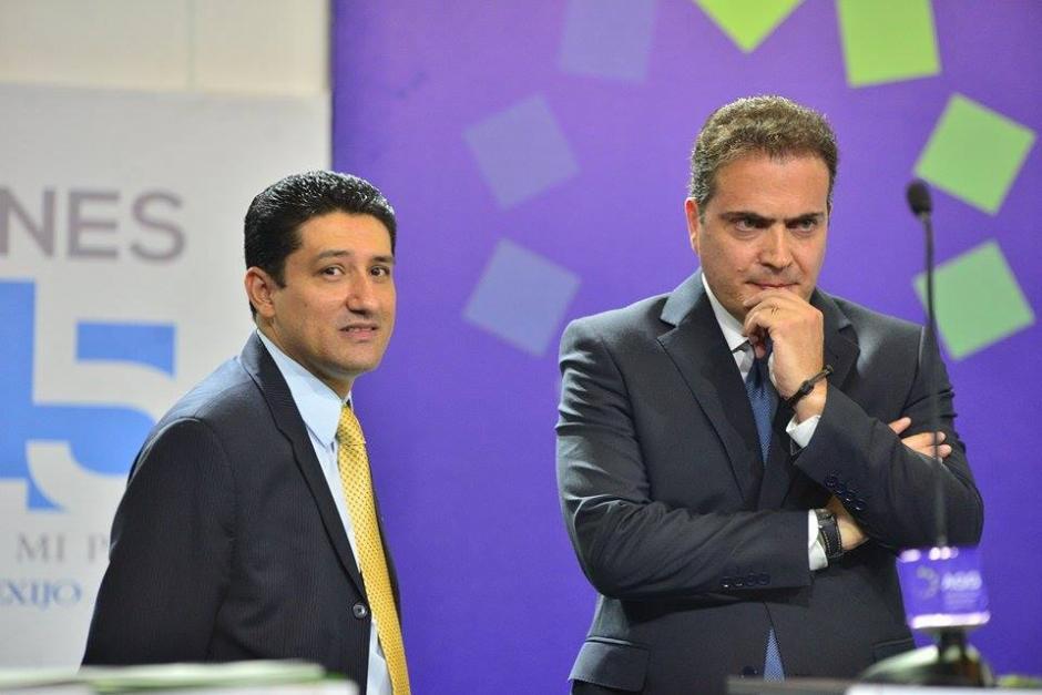 Rodolfo Neutze de Creo-Unionista con uno de sus asesores durante los cortes a comerciales. (Foto: Wilder López/Soy502)