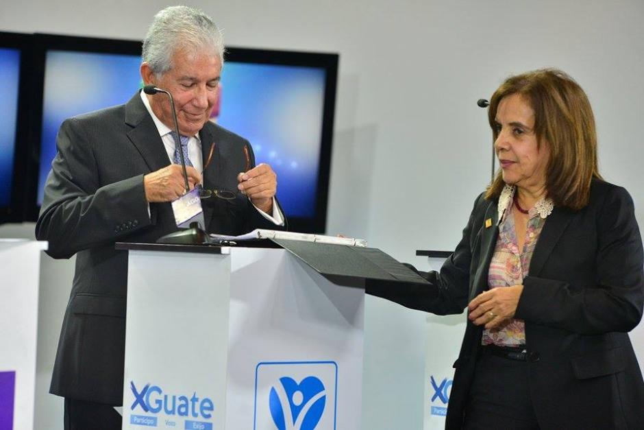 Una asesora de Juan Luis Mirón del partido VIVA. El plan de gobierno fue la herramienta que utilizó el candidato en todo momento para leerlo. (Foto: Wilder López/Soy502)
