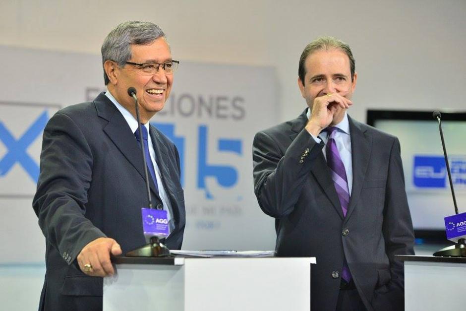 Los candidatos vicepresidenciales de FCN, Jafeth Cabrera (izq) y de Todos, Mario Alberto García, conversan en una de las pausas del Debate. (Foto: Wilder López/Soy502)