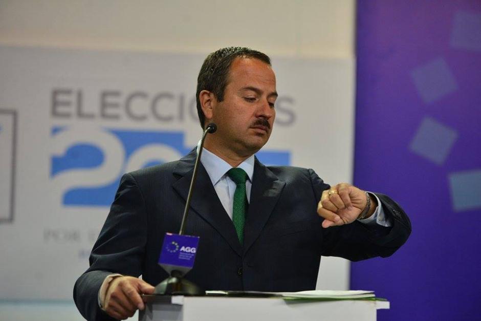 De nuevo el tiempo fue el motivo por el cual Mario Leal Castillo de la UNE veía su reloj en todo momento. (Foto: Wilder López/Soy502)