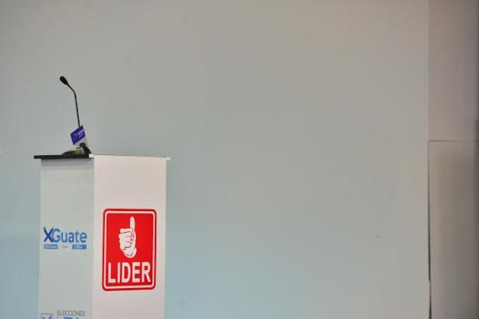 El podio designado para el partido Lider fue retirado del lugar donde fue el debate. (Foto: Wilder López/Soy502)