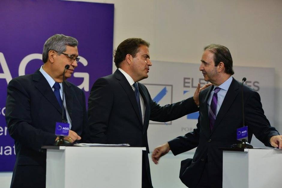 Los vicepresidenciables de FCN, Creo-Unionista y Todos se saludan en el primer corte a comerciales. (Foto: Wilder López/Soy502)