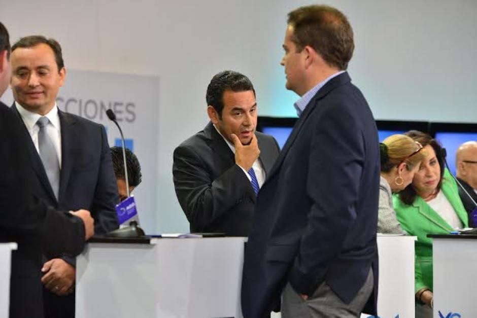 Rodolfo Neutze, vicepresidenciable de Creo-Unionista, llega y conversa con Roberto González en cada corte comercial. (Foto: Wilder López/Soy502)
