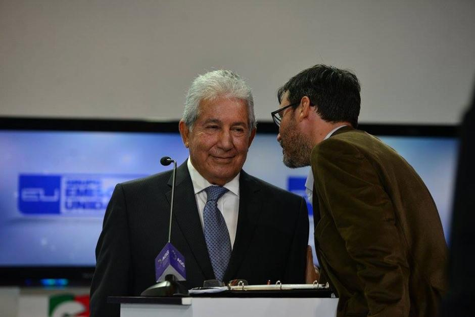 Uno de los asesores de Juan Luis Mirón durante cada corte comercial se acercaba al candidato para hacer observaciones. (Foto: Wilder López/Soy502)