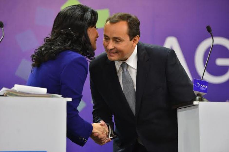 Zury Ríos saluda a Roberto González al momento de llegar al debate de la Asociación de Gerentes de Guatemala. (Foto: Wilder López/Soy502)